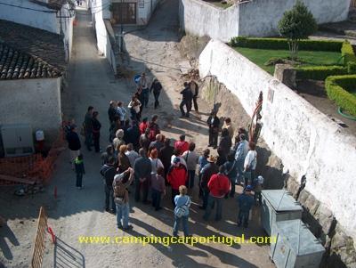 Conforme o combinado, às 9 horas, o encontro com a técnica de turismo que havia de nos guiar durante a visita à vila