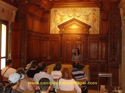 Uma das guias da Quinta faz uma pequena introdução histórica à Regaleira a um dos grupos do CampingCar Portugal