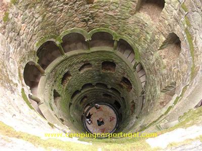 Aspecto da escadaria do poço iniciático, em espiral, e com nove patamares...